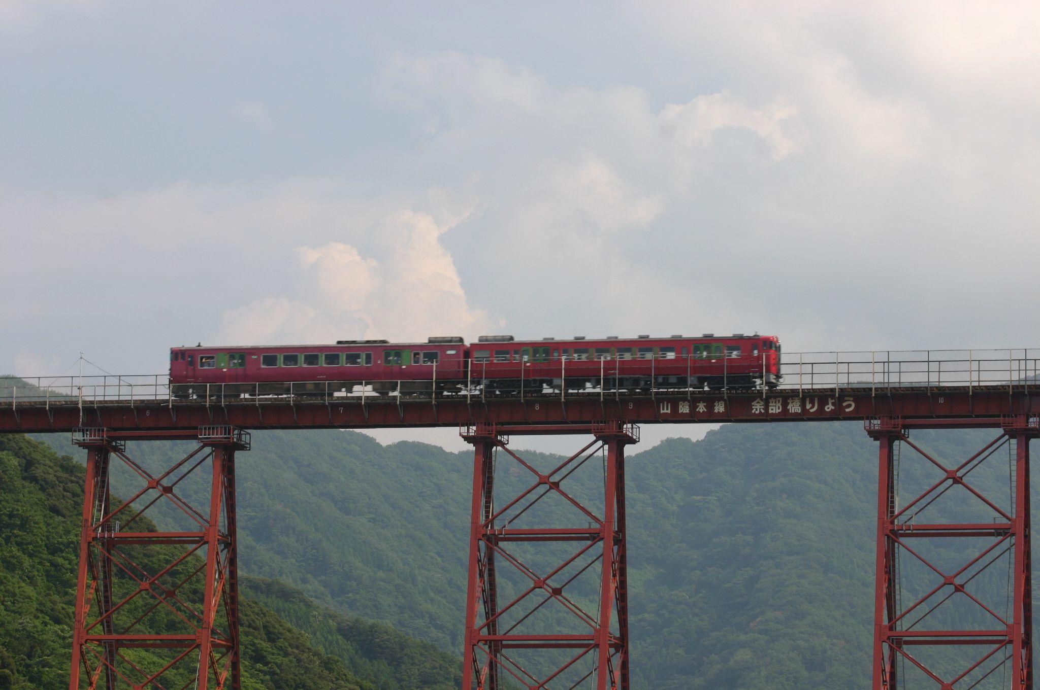 餘部鉄橋に電車が通る