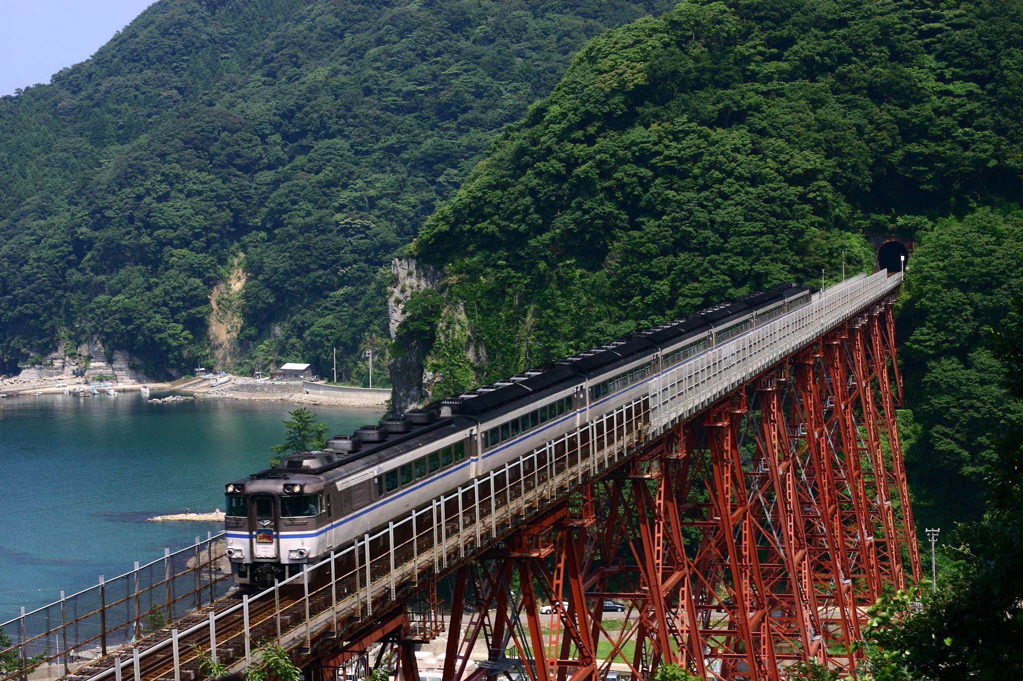 餘部鉄橋を通る特急電車