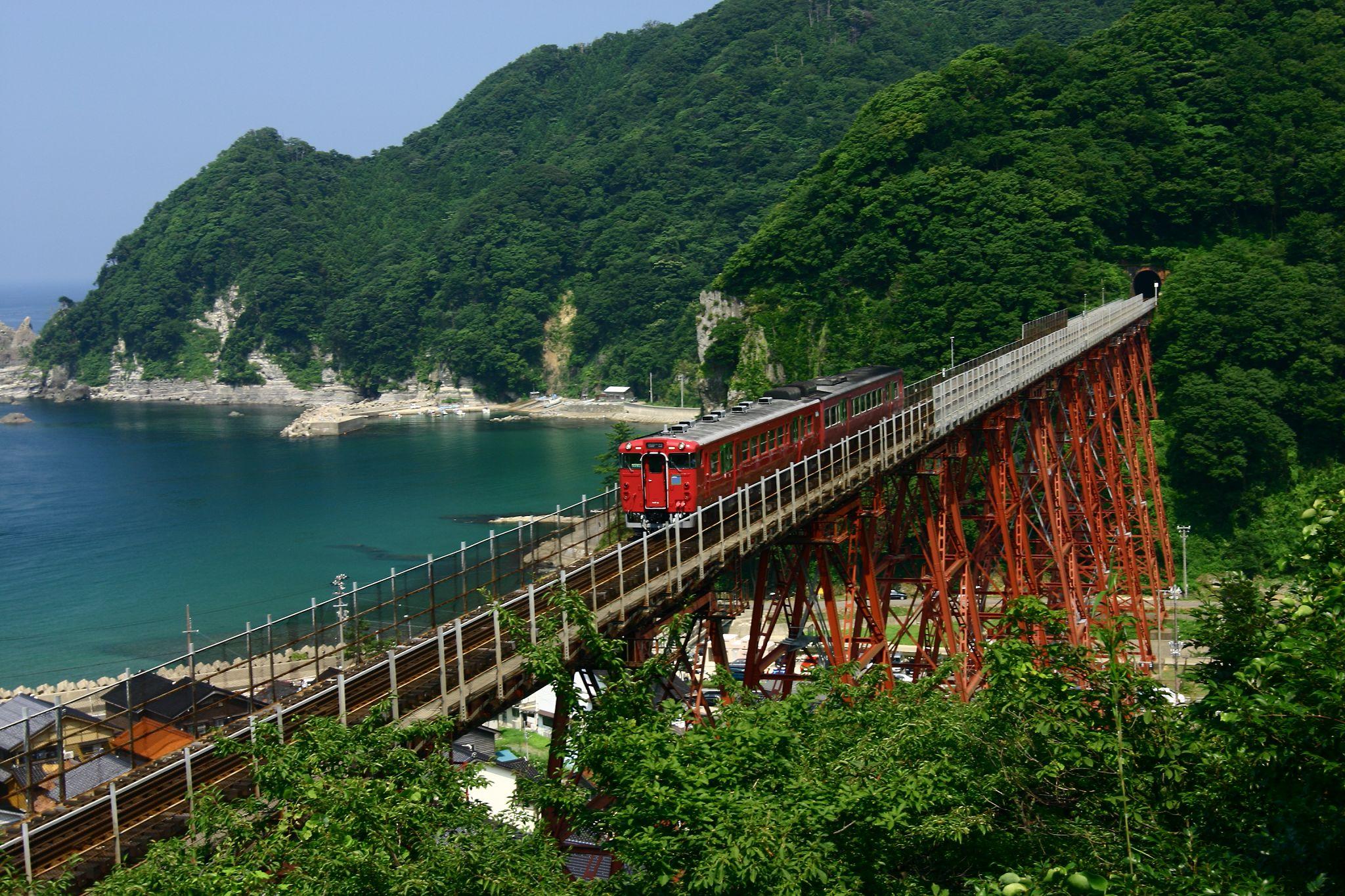 餘部鉄橋を普通列車が通る