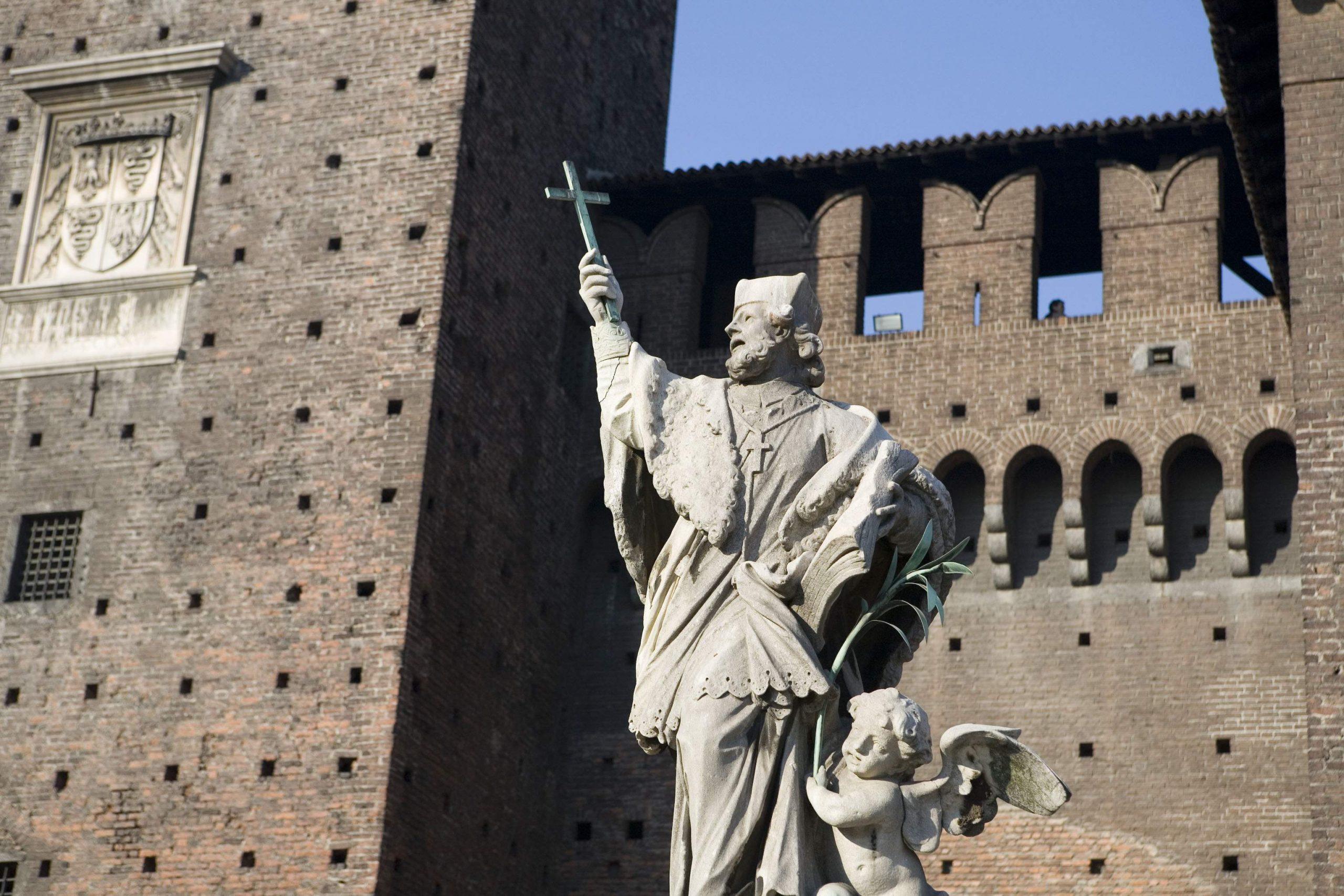 スフォルツェスコ城の石像