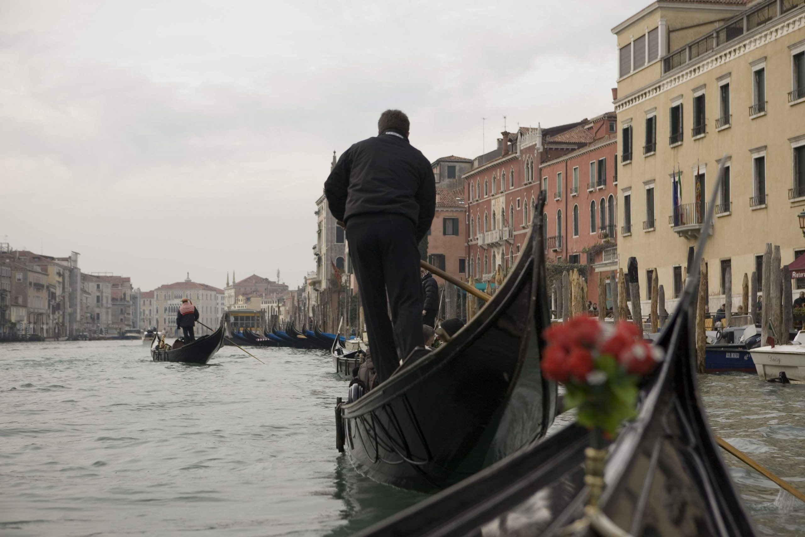 ベニスの街でボートに乗る