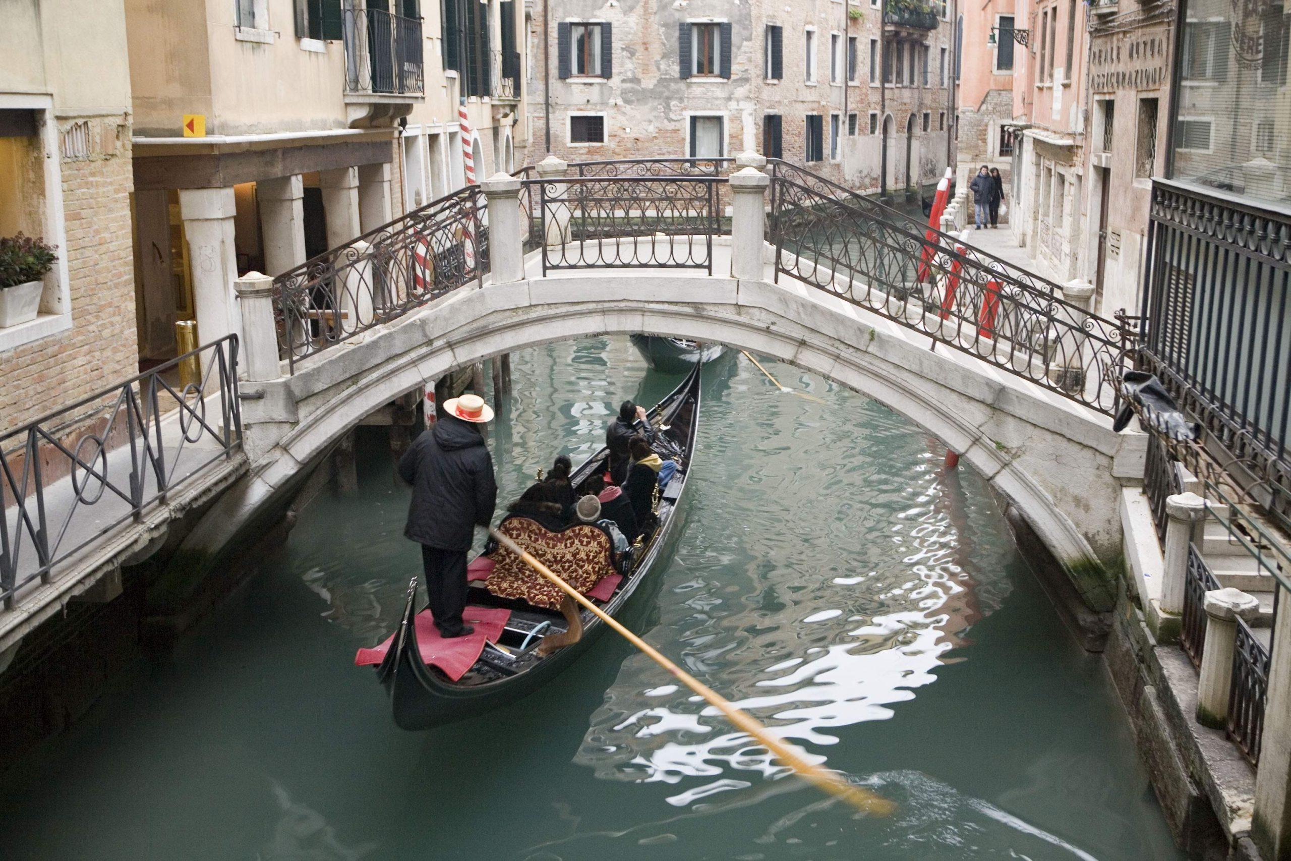 橋をくぐるボート
