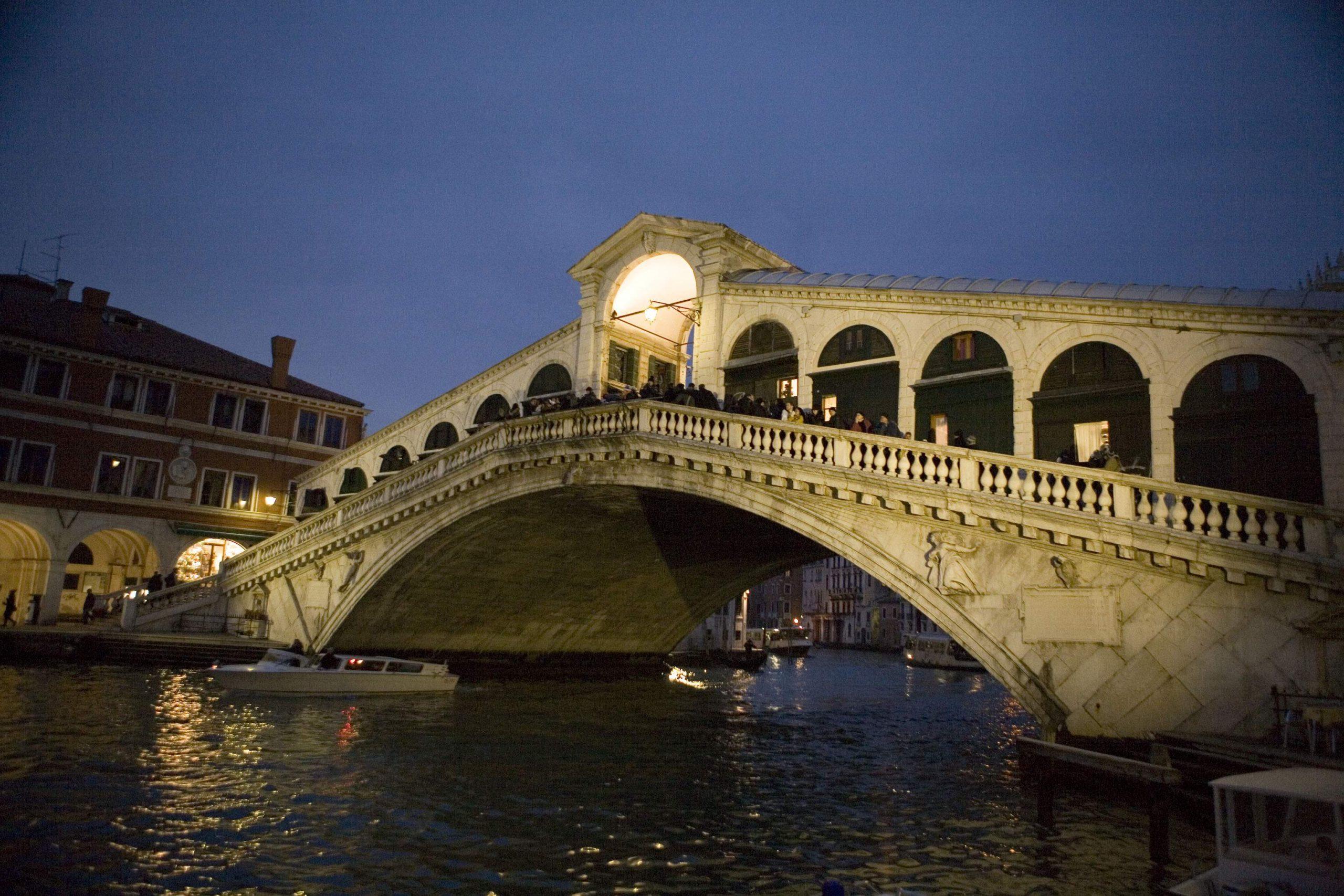 夕暮れ時のリアルト橋