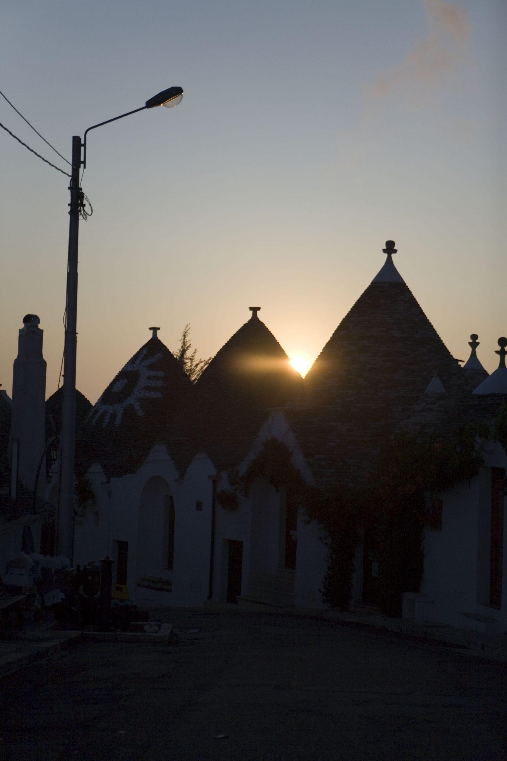 トゥルッリの街に朝が来る