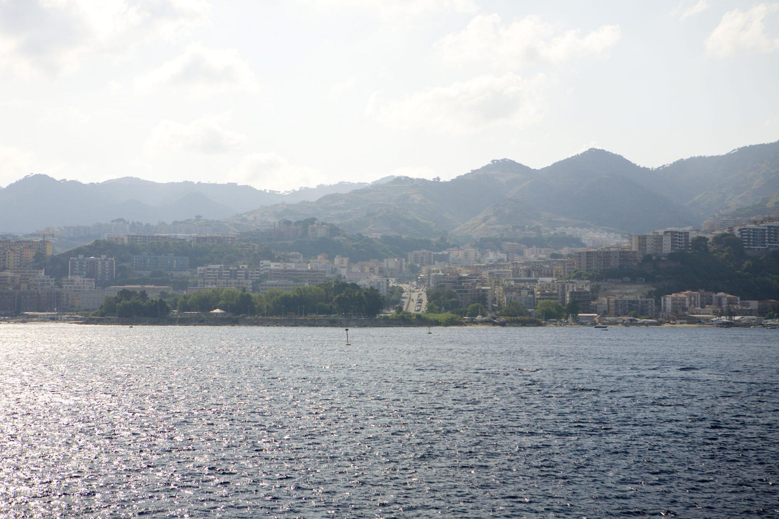 フェリーから望むシチリア島