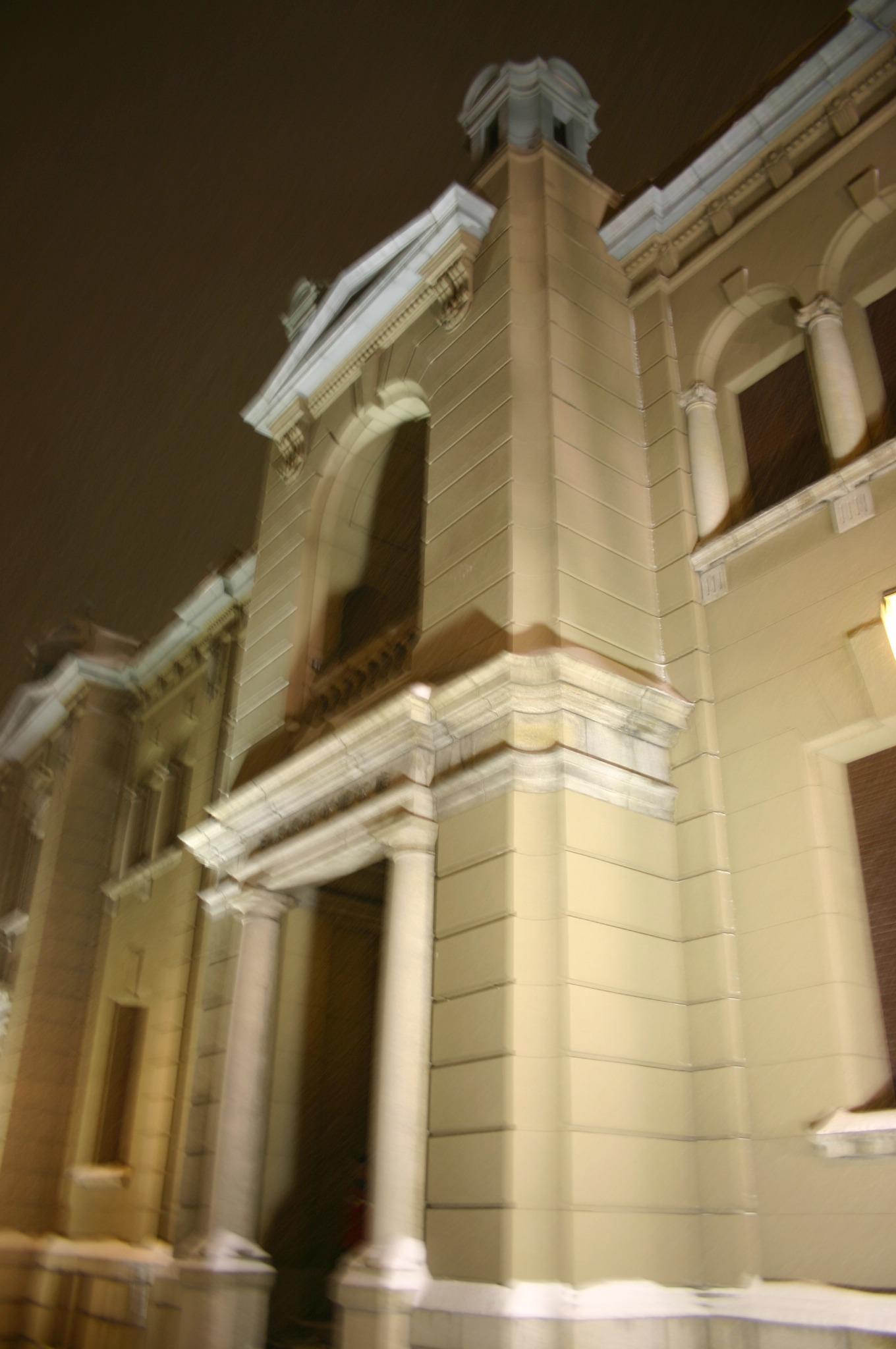 雪の降りしきる旧日本銀行