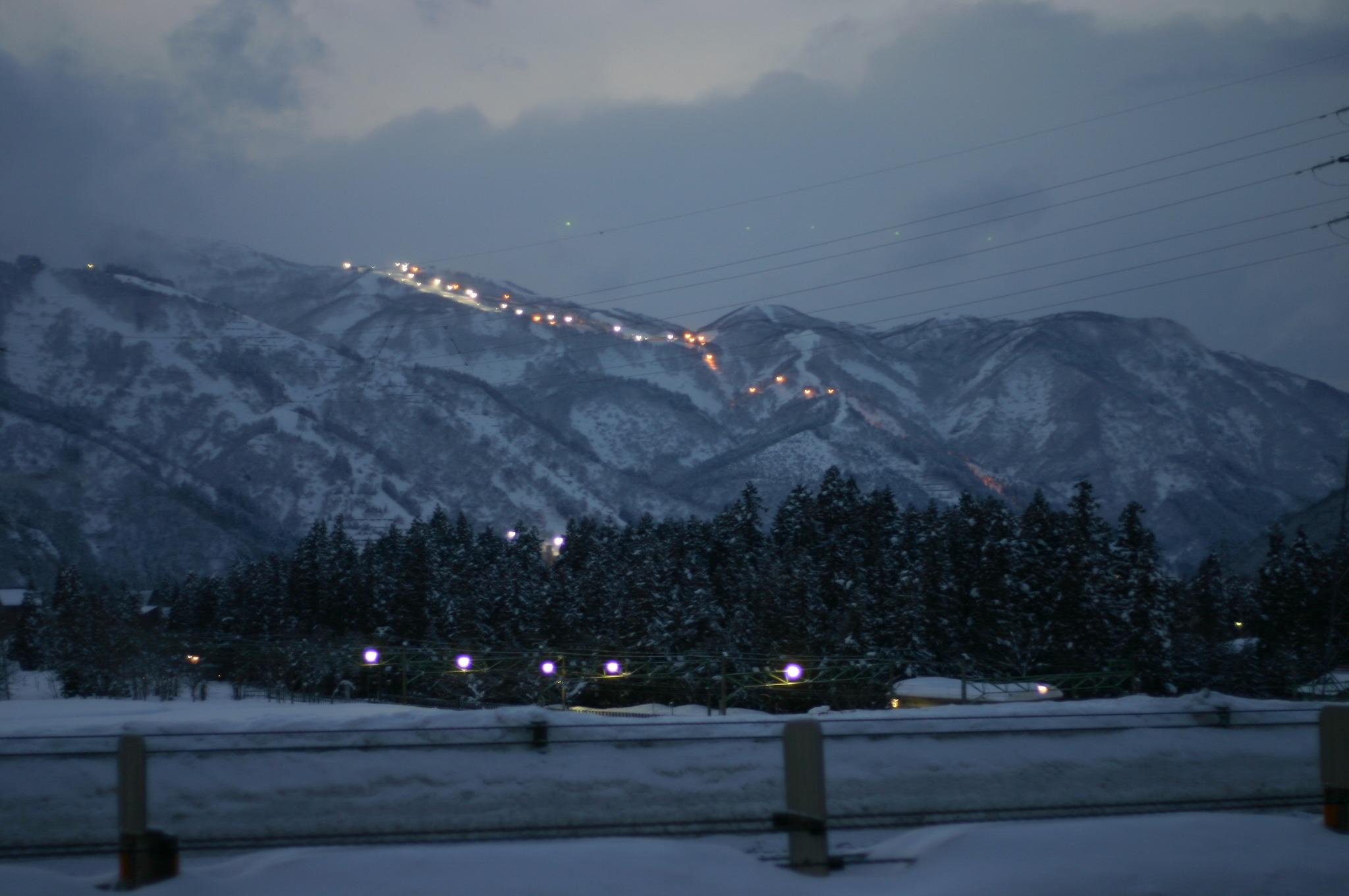 夕暮れ時にスキー場を