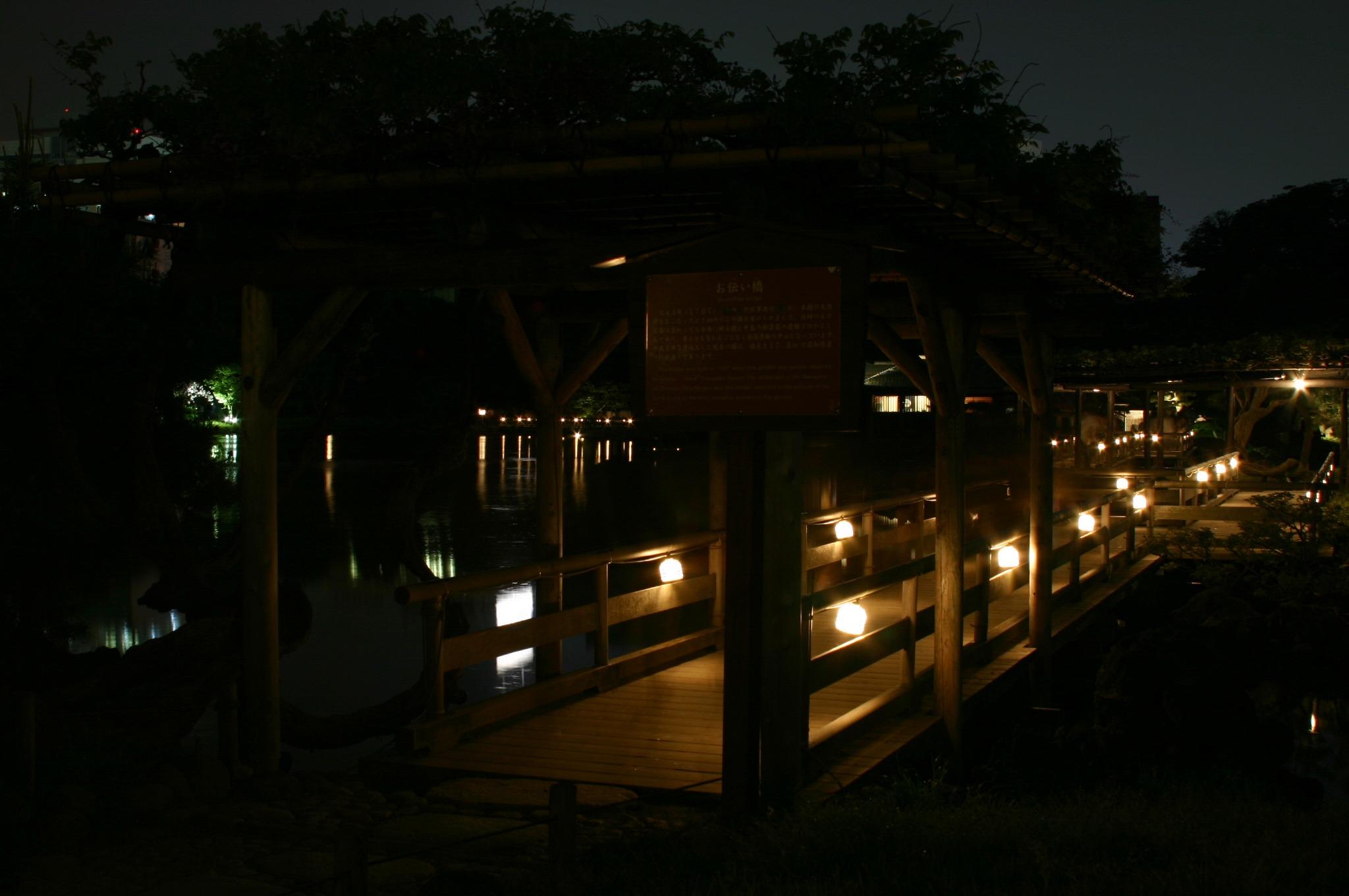 浜離宮の池の中の道