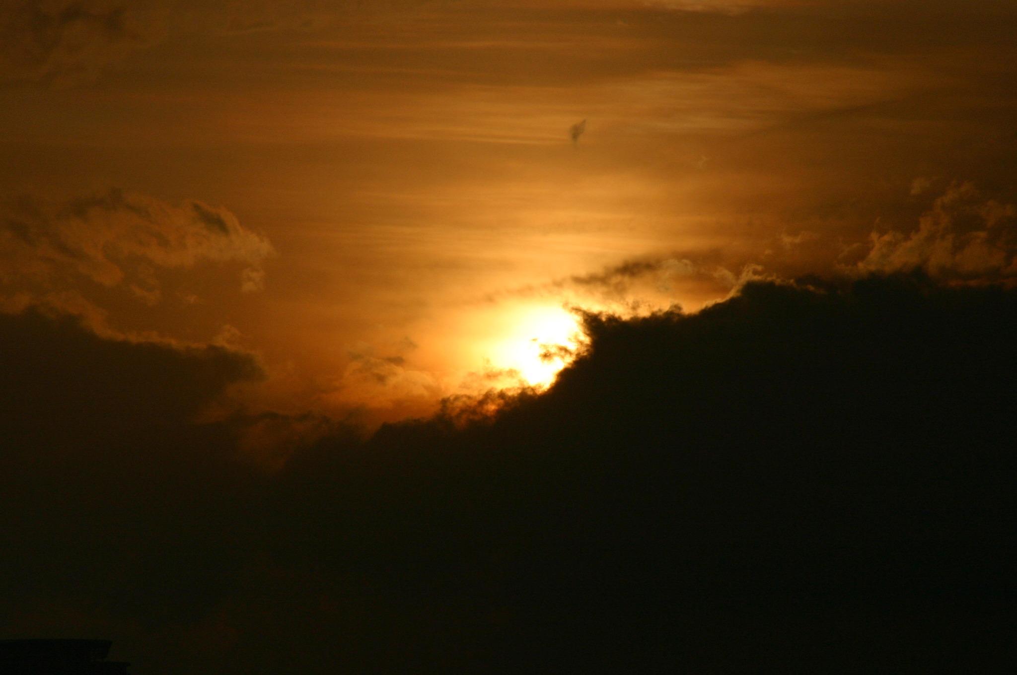 太陽が雲に隠れる