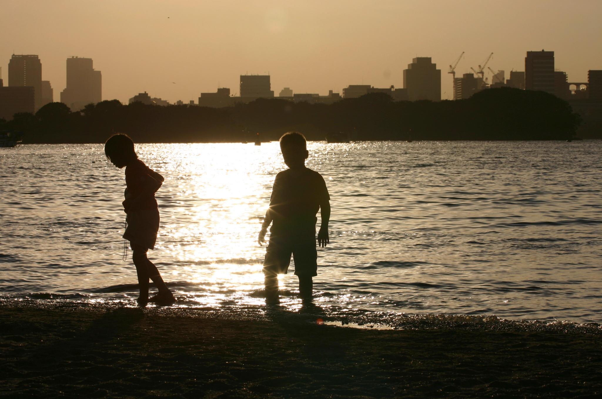 波打ち際で遊ぶ子供