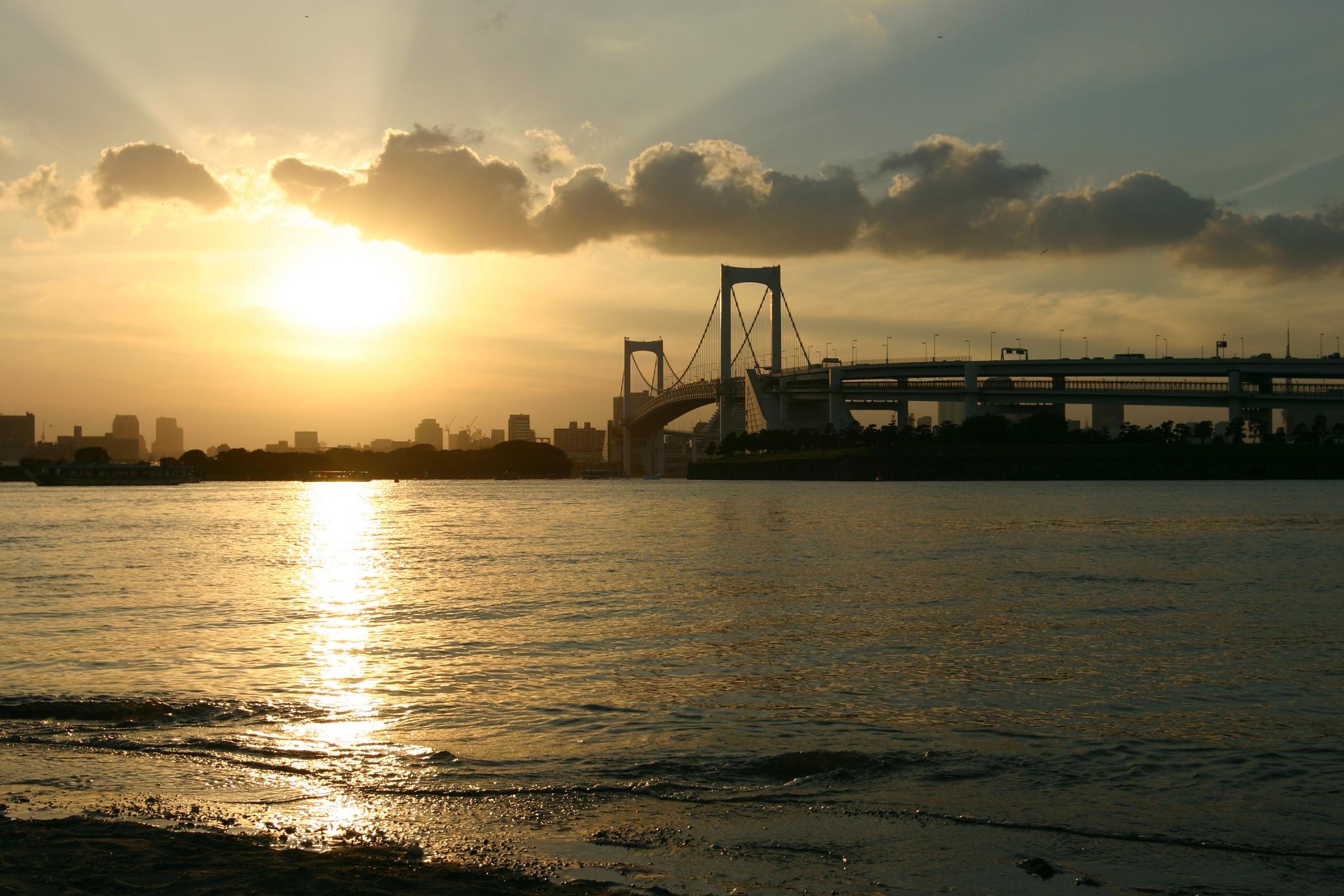 日が沈むレインボーブリッジ