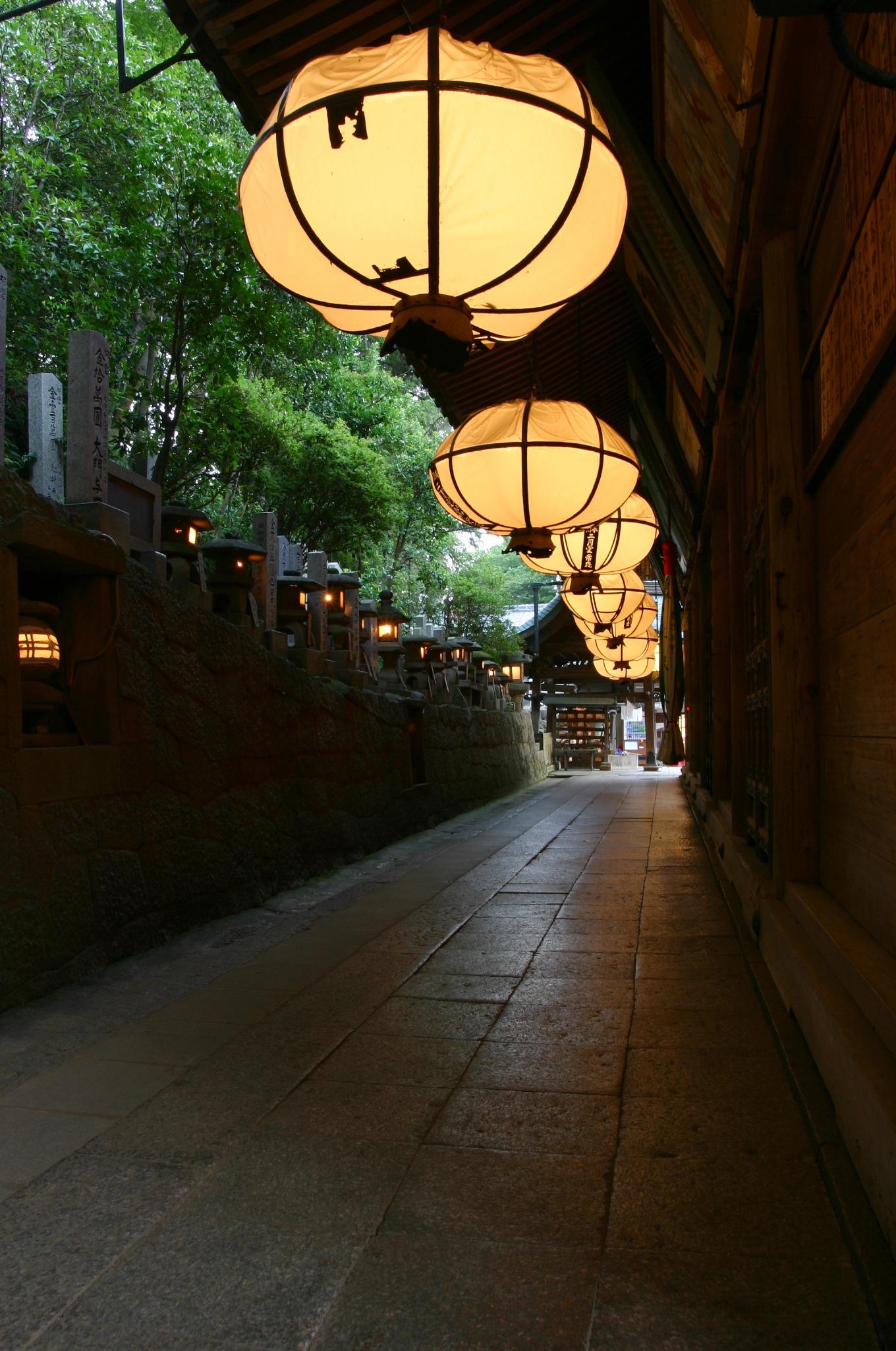 東大寺二月堂の常夜燈の雪洞