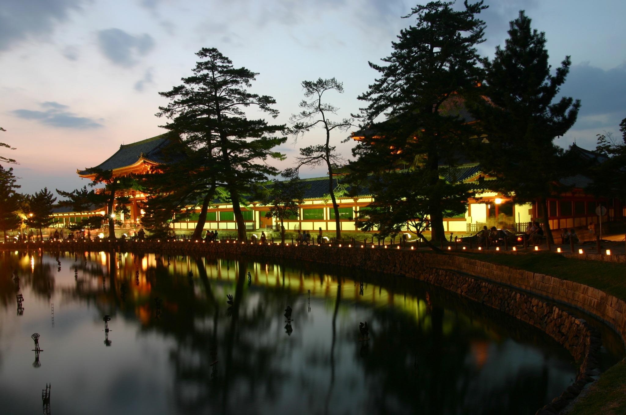 東大寺大仏殿の中門のライトアップ