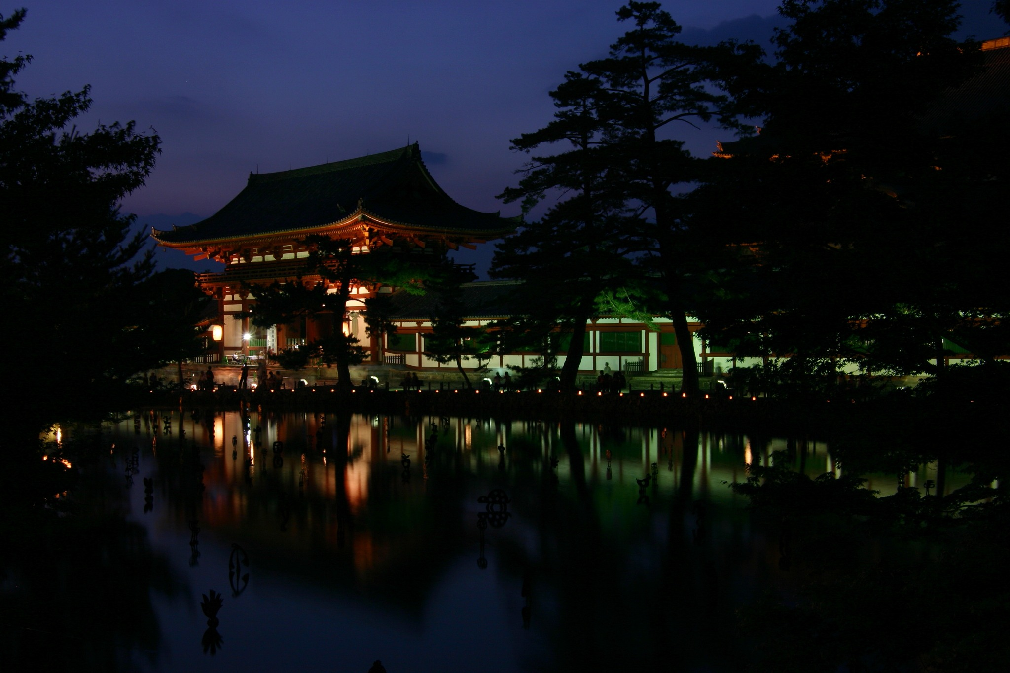ライトアップ期間の東大寺大仏殿の中門