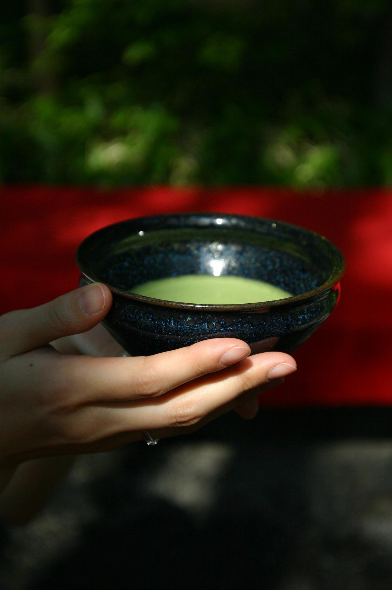 茶店で抹茶を飲むところ