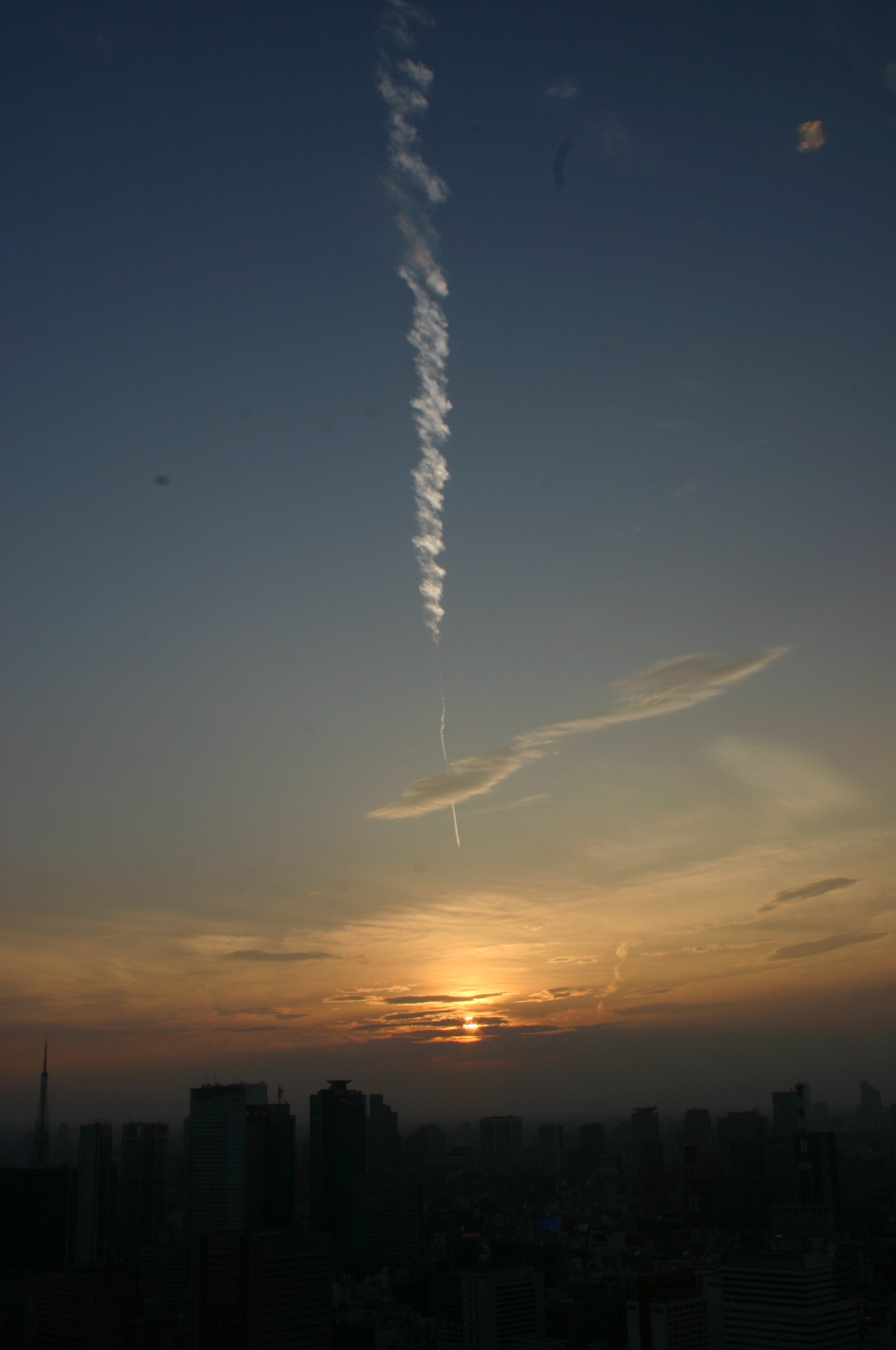 太陽に向かう飛行機雲