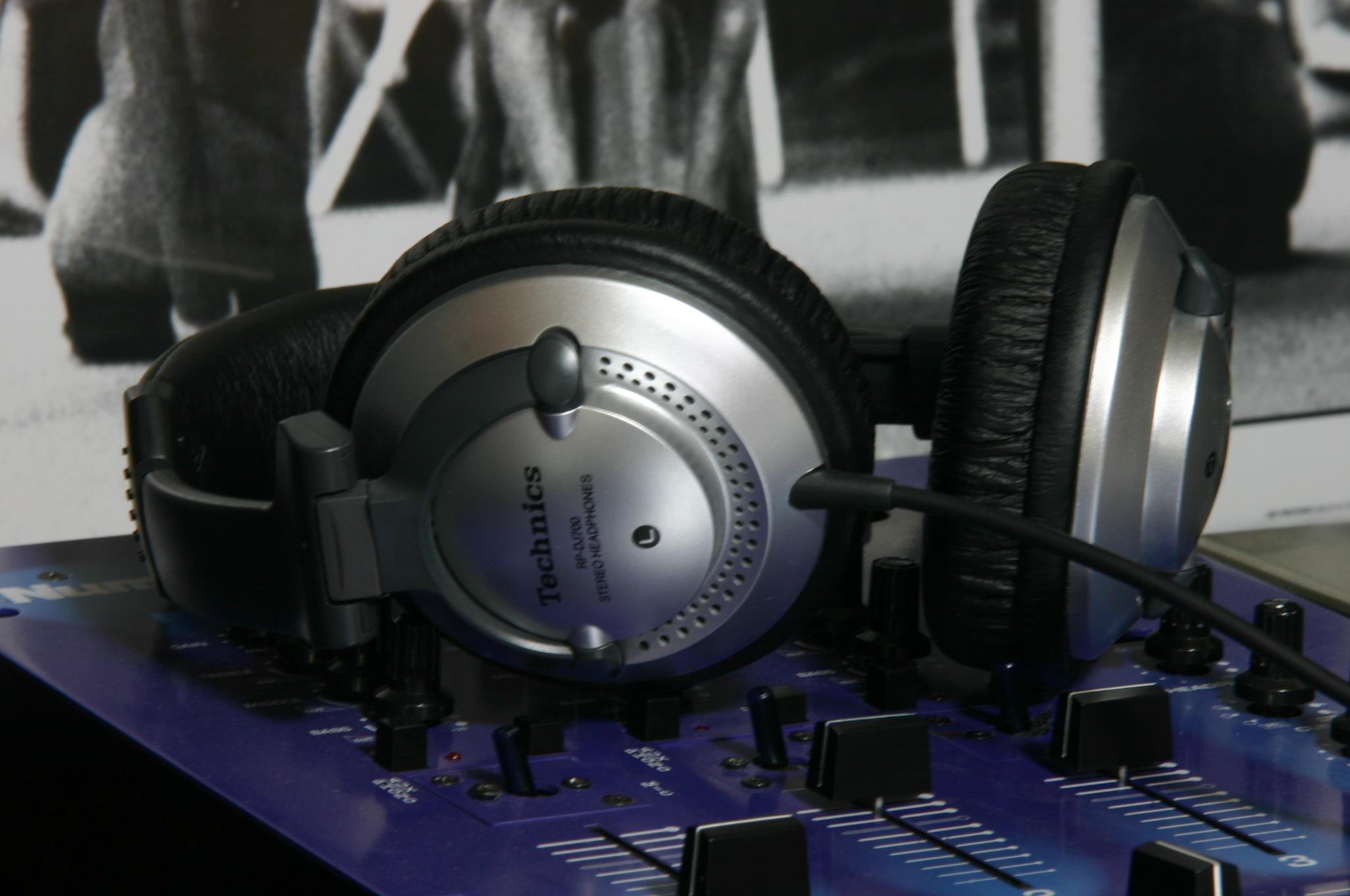 DJ機材とヘッドホン