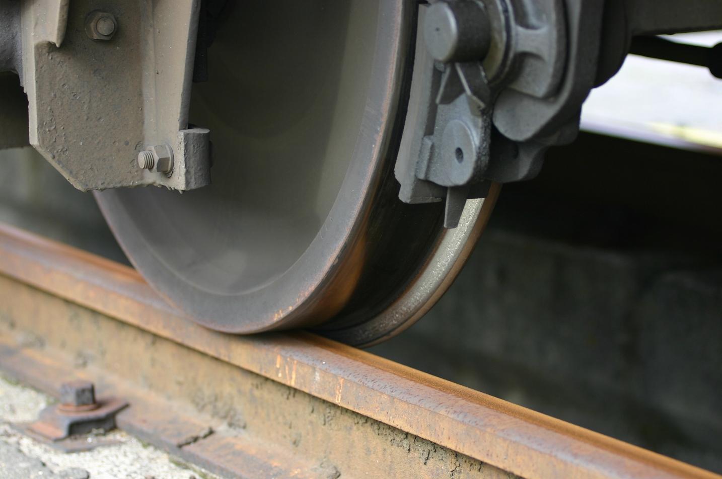 電車の線路と車輪のアップ