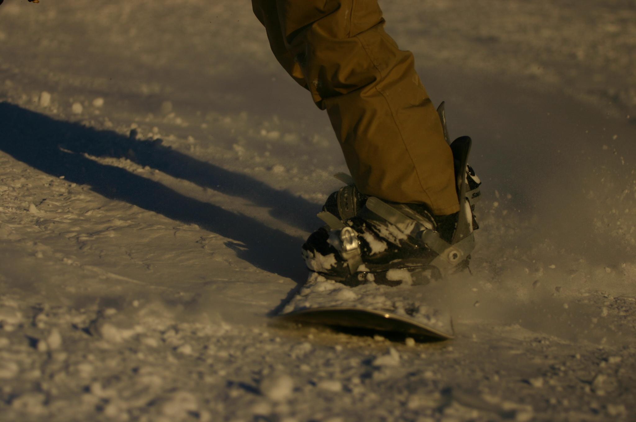 雪まみれのスノーボードの板