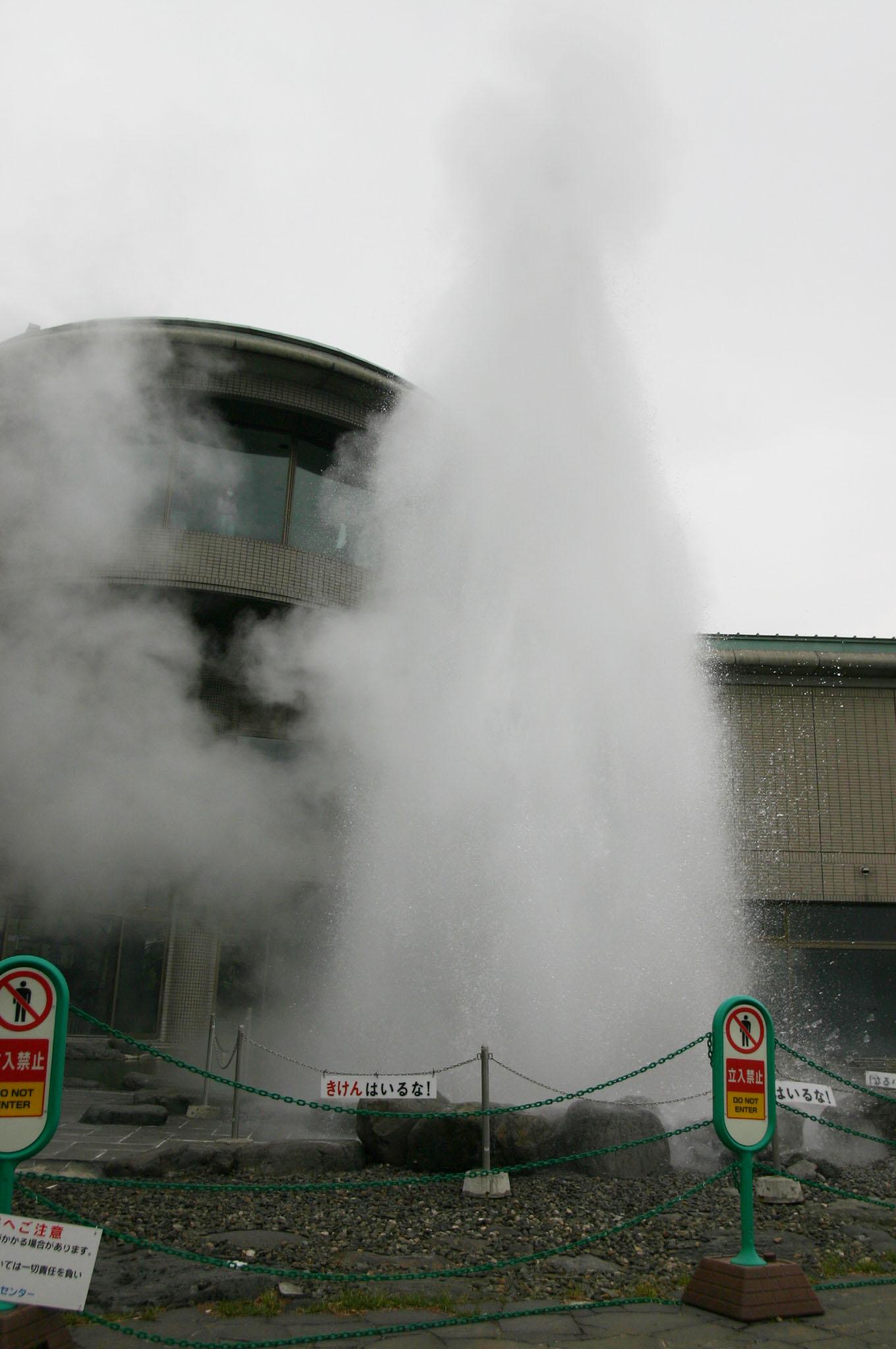 諏訪湖の温泉が噴出す間欠泉