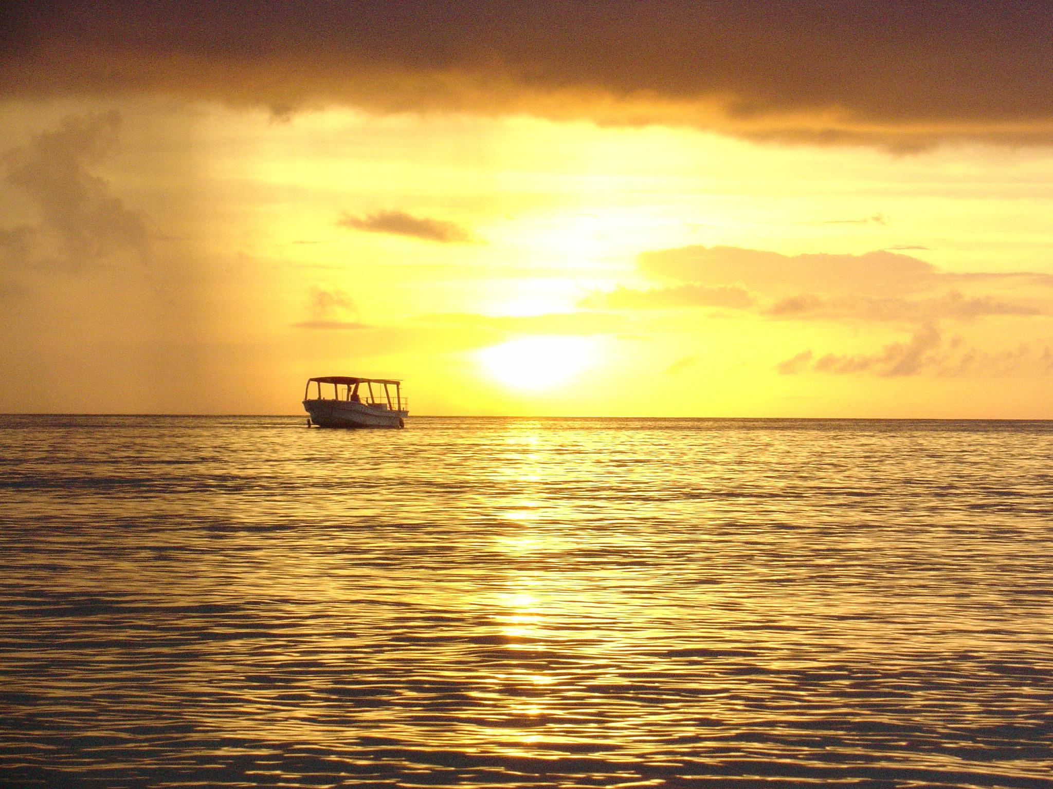 沖縄の夕焼け時の砂浜